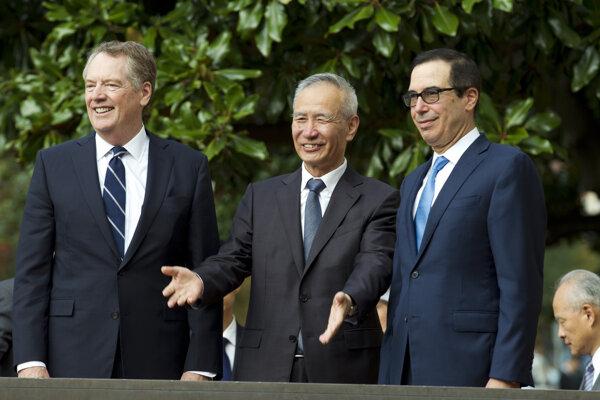 Zľava americký obchodný zástupca Robert Lighthizer, čínsky vicepremiér Liou Che a minister financií USA Steven Mnuchin.