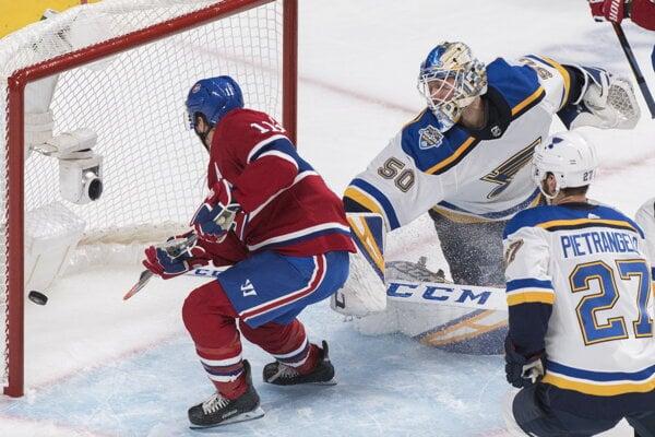 Tomáš Tatar (vľavo) skóruje v zápase základnej časti NHL 2019/2020 Montreal Canadiens - St. Louis Blues.