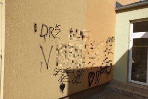 Takéto nápisy sa objavili po aktivite mladíkov na stene školy.