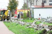 Práce na oplotení jedného z trstenských cintorínov.