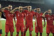 Salutujúci tureckí futbalisti.