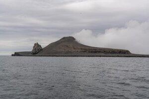 Juhozápadná strana ostrova Bogoslof, ktorý vytvorila sopka s rovnakým názvom.