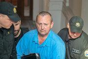 Odsúdený Patrik Pachinger (uprostred) eskortovaný políciou.