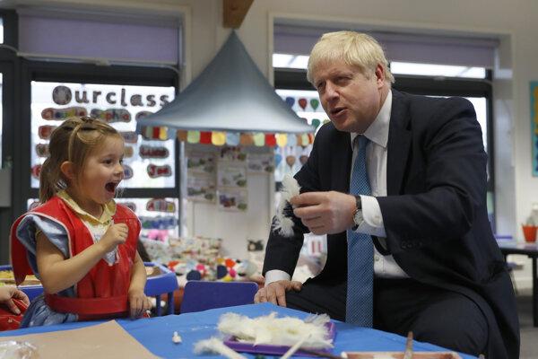 Boris Johnson v týchto dňov navštevuje aj základné školy.