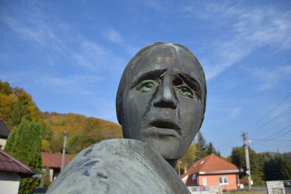 V Ostrom Grúni plakala socha matky s dieťaťom.