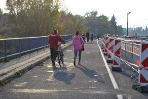 Manželia Miroslav a Gabriela chodievajú cez most často.