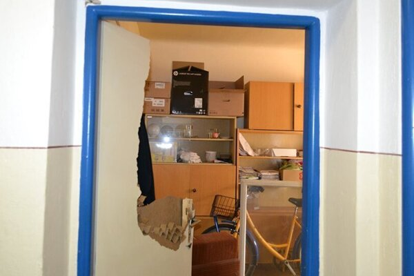 Rozmlátené dvere na pošte.