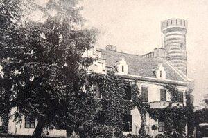 Dolnozemplínsku obec Veľaty v okrese Trebišov kedysi skrášľoval kaštieľ (na reprosnímke) s rozľahlým parkom. Posledným majiteľom šľachtického sídla s veľkostatkom bol gróf Alexander Andrássy (1863 – 1946), ktorému patril aj známy kaštieľ v Humennom.