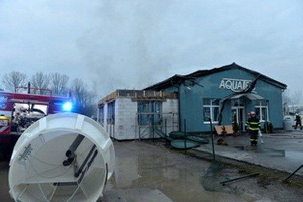 Hasiči zasahujú pri požiari firmy na výrobu plastových domových čistiarní odpadových vôd a autoservisu