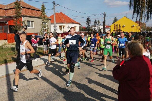 Snímka zo štartu Branovského behu. Celkom vľavo Gabriel Švajda.