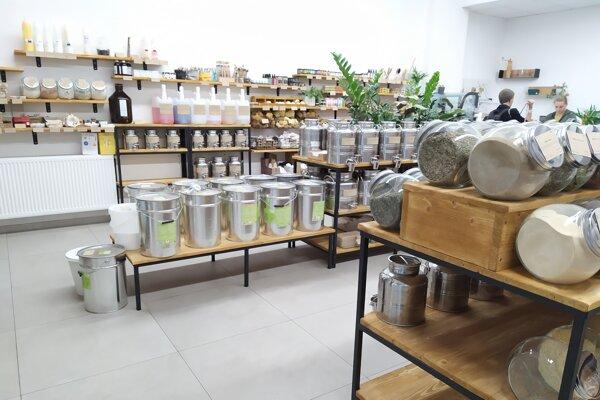Bezobalovo v Bratislave ponúka suché potraviny i čapovanú drogériu.