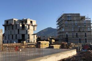 Dva bytové domy sú v stave hrubej stavby. Ďalšie dva začali už stavať.