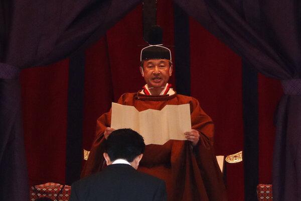 Cisár Naruhito prijíma poklonu japonského predsedu vlády.
