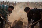 Ľudia na pohreboch vojakov Sýrskych demokratických síl zabitých v boji proti tureckým silám.