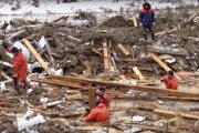 Na snímke z videa zverejnenej Ruským ministerstvom pre mimoriadne situácie záchranári pátrajú po nezvestných po tom, ako sa pretrhla priehrada pri dedine Ščetinkino.