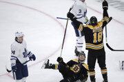 Brett Ritchie (18) oslavuje gól v zápase základnej časti NHL 2019/2020 Boston Bruins - Toronto Maple Leafs.