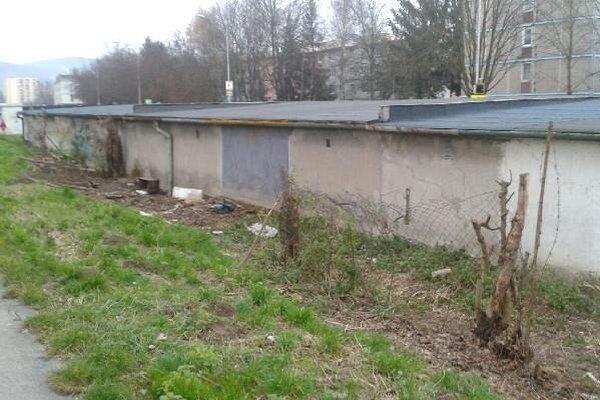 Odpadky z okolia garáží odstránia.
