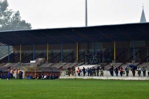 Takto pred mesiacom vyzerala hlavná tribúna na štadióne Slavoja. V nedeľu už bude slúžiť divákom.
