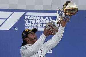 Lewis Hamilton oslavuje triumf na Veľkej cene Ruska.