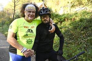 Na snímke vpravo víťaz druhého ročníka netradičného podujatia Everesting 2019 Stanislav Chorvát z Trenčína absolvoval pri bikeparku Kálnica v okrese Nové Mesto nad Váhom za 17 hodín a 35 minút trať dlhú takmer 250 kilometrov s celkovým prevýšením 8848 metrov.