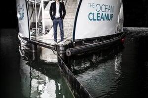 Zakladateľ organizácie Ocean Cleanup, Boyan Slat, na riečnom zberači odpadkov Interceptor.