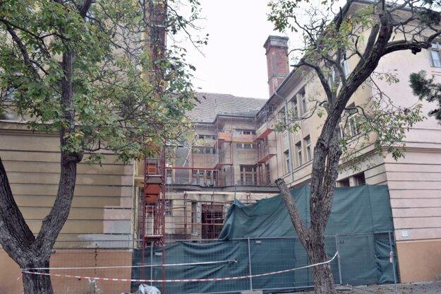 Nádvorie budovy YMCA, kde už prebiehajú rekonštrukčné práce.