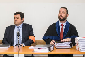 Obžalovaný Marian Kočner počas súdneho pojednávania v kauze falšovania zmeniek TV Markíza. Vpravo advokát Marek Para.