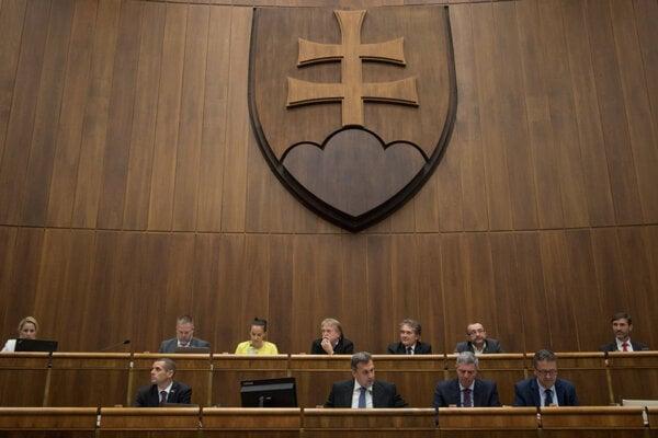 Rokovanie parlamentu.