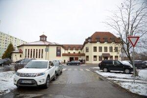 Parkovací dom má stáť medzi kostolom a bytovkou na Novozámockej ulici.