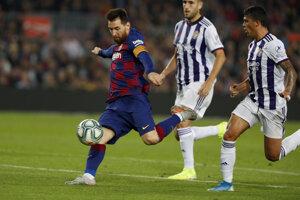 Lionel Messi (vľavo) v zápase La Ligy 2019/2020 FC Barcelona - Real Valladolid.