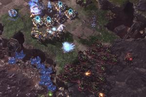 AlphaStar (červená) obraňuje základňu pred nepriateľom.