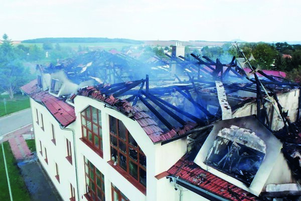 Strecha obecného úradu sa prepadla aj do miestnosti, kde krátko predtým spali deti.