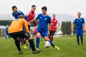 FK Čadca (v modrom) zvíťazil v Rakytovciach.