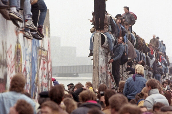 Berlínsky múr padol pred 30-rokmi.