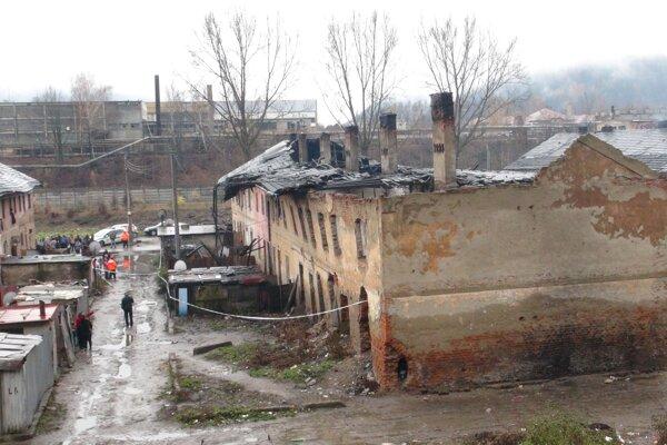 Zrútená strecha bytovky.