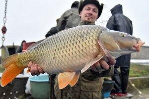 Podmienky neboli ideálne, no rybári vylovili aj takéhoto krásavca.