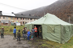 Mesto postavilo pre Rómov z bytovky, na ktorej sa prepadla strecha, stan na núdzové ubytovanie.