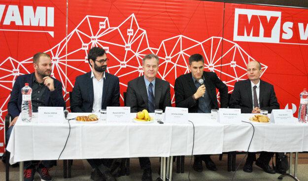 Diskusné fórum o smart riešeniach pripravila spoločnosť Petitpress, konalo sa na radnici. Zľava Martin Varga, Marek Hattas, moderátor Jaroslav Kizek, Martin Noskovič a Peter Blaas.