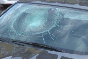 Terčom nepochopiteľného správania zatiaľ neznámeho muža sa stalo auto zaparkované na najmladšom humenskom sídlisku.