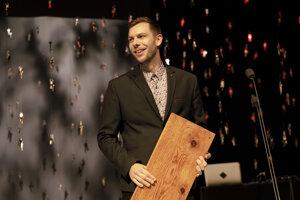 Na snímke držiteľ ceny za najlepšiu scénografiu sezóny Michal Lošonský za inscenáciu Hlava XXII ( Divadlo Andreja Bagara v Nitre).