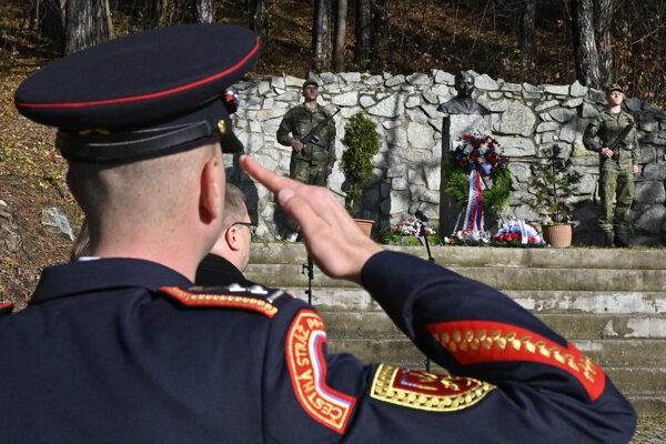 Pietny akt a kladenie vencov na uctenie si pamiatky vojnových veteránov za účasti 5. pluku špeciálneho určenia Jozefa Gabčíka zo Žiliny, hostí a skautských oddielov v Rajeckých Tepliciach.