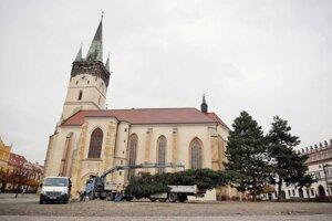Inštalácia vianočného stromčeka v Prešove.