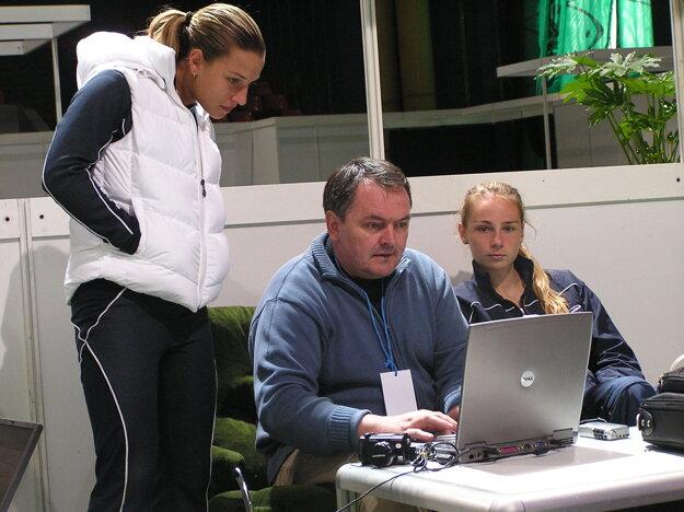 Fed Cup v Plovdive v roku 2006. Dominika Cibulková a Magdaléna Rybáriková sa prizerajú na prácu redaktora SME Ondreja Gajdoša.