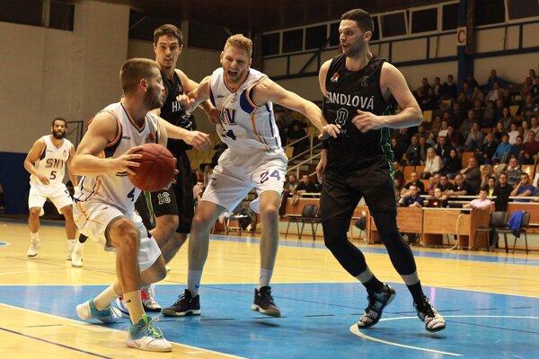 Kapitán Spišiakov L. Krajňák (s loptou) nastrieľal Handlovej 15 bodov, no jeho tím tesne prehral.
