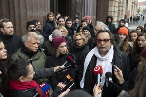 Herci na brífingu pred ministerstvom kultúry, kde prišli odovzdať Laššákovej pozvánku na stretnutie
