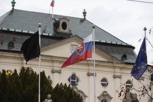 Čierna zástava, ktorú vyvesili pred Úradom vlády v Bratislave v súvislosti s tragickou nehodou autobusu s nákladným autom, ku ktorej došlo pri obci Malanta neďaleko Nitry v stredu 13. novembra 2019.
