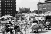 Západniari nakupovali u nás potraviny, ale aj krištáľ, porcelán či hadice. Miestom nákupov bol aj obchodný dom uprostred Bratislavy K-Mart s terasou s výhľadom na Hrad (dnes Tesco).