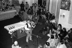 Nezabudnuteľný Karel Kryl spieva v breznianskom rímskokatolíckom kostole.