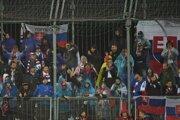 Slovenskí diváci povzbudzujú počas kvalifikačného zápasu E-skupiny EURO 2020 Chorvátsko - Slovensko v Rijeke.