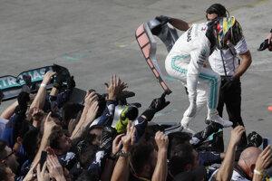 Lewis Hamilton vyskakuje z monopostu.